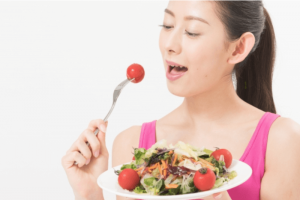 野菜を食べる女の人